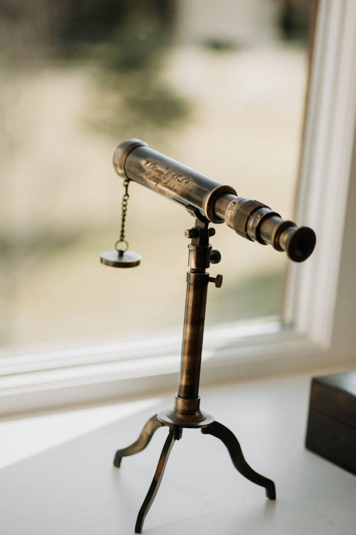 A tripod sitting in front of a mirror