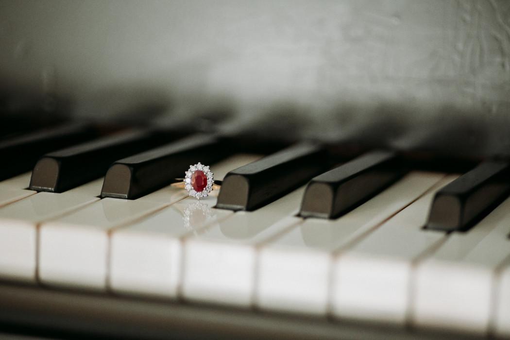 A close up of a piano keyboard